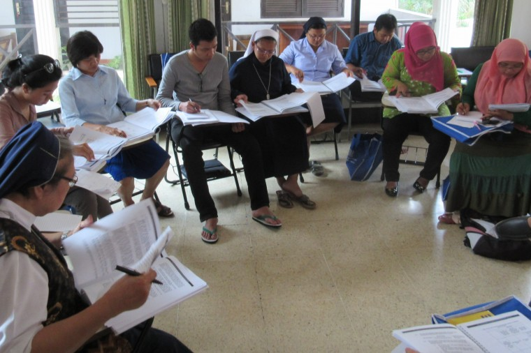Caseworkers at the Jakarta workshop identify potential claims covered in the JWB Practitioner's Manual for Migrant Workers. The manual was translated into Bahasa Indonesia with the support of the Tifa Foundation.